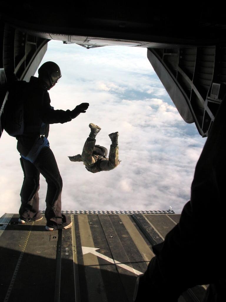 Die Fallschirmjäger der DSO (Division Spezielle Operationen) in Stadtallendorf springen aufgrund einer Übung aus der CH 53
